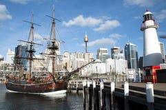 Una nave antica con il fondo di paesaggio urbano Fotografia Stock Libera da Diritti