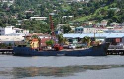 Una nave atracada en el puerto de Kingstown Foto de archivo