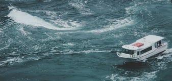Una nave che attraversa il mare con un turbine Immagine Stock Libera da Diritti