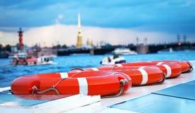 Una nave con los vehículos de rescate en el río fotos de archivo libres de regalías