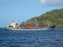 Una nave da carico molto caricata all'ancora. Fotografia Stock