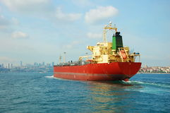 Una nave da carico nel Bosphorus Fotografia Stock