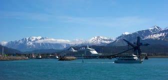 Una nave da crociera che chiama al porto costiero del seward Fotografie Stock