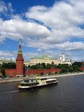 Una nave da crociera di stile dell'annata naviga sul fiume di Mosca Fotografia Stock Libera da Diritti