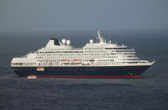 Una nave da crociera massiccia che arriva alla baia di Ministero della marina, Bequia Fotografia Stock Libera da Diritti