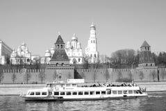 Una nave da crociera naviga sul fiume di Mosca Immagini Stock