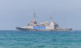 Una nave de combate está participando en un desfile marítimo de la costa de Haifa en honor del 70.o aniversario de la independenc foto de archivo libre de regalías