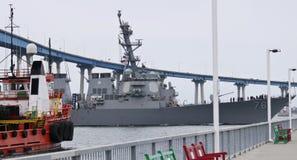 Una nave de fuente, VIGILANCIA, destructor de la marina de guerra de los relojes, HIGGINS, paso Fotos de archivo