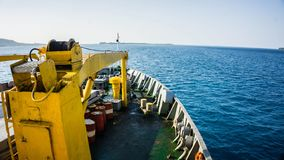 Una nave de la carga delantera de la opinión de la cubierta al barril de aceite de la gasolina en el mar azul profundo de Indones fotografía de archivo libre de regalías