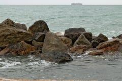Una nave de transporte en el horizonte de mar imagen de archivo