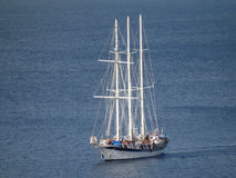 Una nave di navigazione del passeggero che entra nella baia di Ministero della marina su Bequia Immagini Stock Libere da Diritti