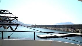 Una nave en acceso Opinión del embarcadero almacen de metraje de vídeo