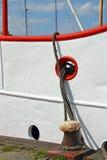 Una nave en muelle con las cuerdas del amarre Imágenes de archivo libres de regalías