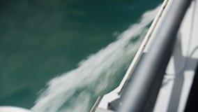 Una nave en una velocidad establecida el paso rápida metrajes