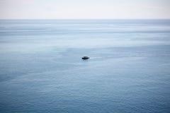 Una nave passeggeri su una superficie aperta dell'oceano dell'ampio blu dalla vista superiore Immagini Stock