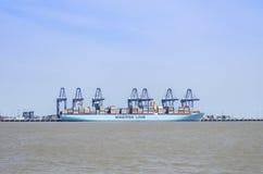 Una nave porta-container che è scaricata Fotografia Stock
