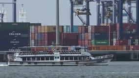 Una nave que pasa por un astillero almacen de video