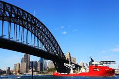 Una nave que pasa a través de Sydney Harbour Bridge Imágenes de archivo libres de regalías