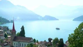 Una nave turistica sul lago Lucerna Mattina nebbiosa in anticipo sul lago stock footage