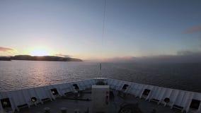 Una nave viaja a través de la niebla del mar almacen de video