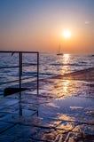 Una navegación del barco en el mar Mediterráneo en la puesta del sol Fotos de archivo libres de regalías