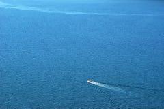 Una navegación del bote pequeño a lo largo del mar adriático imagen de archivo libre de regalías