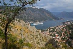 Una navegación del yate fuera de la bahía de Kotor y del arco iris fotografía de archivo libre de regalías