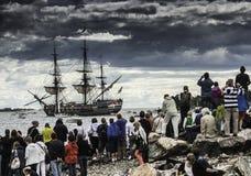 Una navigazione del tagliatore sul mare immagini stock libere da diritti