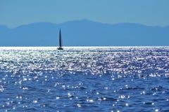 Una navigazione della barca a vela nel mar Mediterraneo fotografia stock libera da diritti