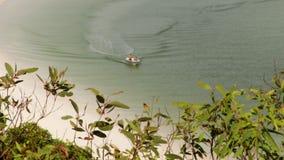 Una navigazione della piccola barca nel litorale video d archivio