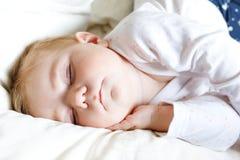 Una neonata adorabile sveglia di 6 mesi di sonno pacifico a letto Fotografie Stock Libere da Diritti