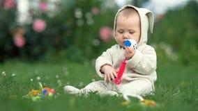 Una neonata allegra sta giocando sull'erba stock footage