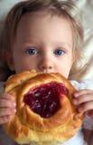 Una neonata e un grafico a torta Fotografia Stock