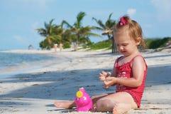 Una neonata sulla spiaggia Fotografia Stock Libera da Diritti