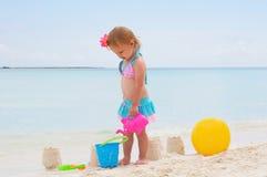 Una neonata sulla spiaggia Immagine Stock