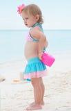 Una neonata sulla spiaggia Immagini Stock Libere da Diritti