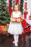 Una niña abre una caja de regalo Año Nuevo del concepto, feliz Christma Fotos de archivo