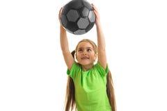 Una niña alegre mantiene una bola grande manos Fotos de archivo libres de regalías