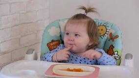 Una niña come una zanahoria 002 almacen de video