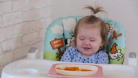 Una niña come una zanahoria 003 almacen de video