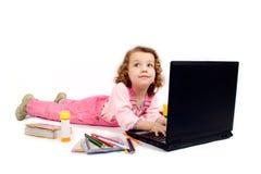 Una niña con el ordenador Imágenes de archivo libres de regalías