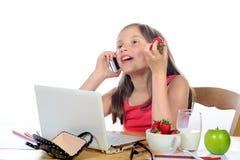 Una niña con un teléfono móvil Imagen de archivo libre de regalías