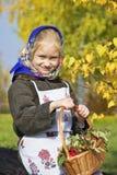 Una niña con una cesta de bayas imagen de archivo libre de regalías