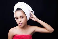 Una niña con una toalla en su cabeza Foto de archivo