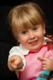 Muchacha divertida que señala su dedo Fotos de archivo