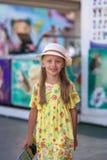 Una niña dulce está caminando abajo de la calle Foto de archivo