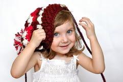Una niña en un casquillo púrpura hecho punto Imagen de archivo libre de regalías