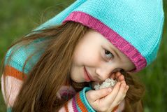 Una niña en un prado verde Fotos de archivo libres de regalías