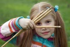 Una niña en un prado verde Imagen de archivo