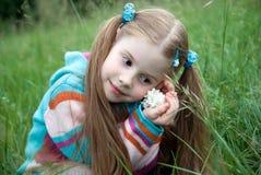 Una niña en un prado verde Imagenes de archivo